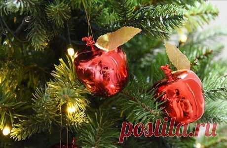 Любопытный факт... Некогда русские новогодние ёлки украшали яблоками. Но однажды из-за не урожая наряжать деревья было нечем. Именно тогда благодаря находчивым и предприимчивым стеклодувам и появились игрушки, сделанные, как не сложно догадаться, в  виде яблок...