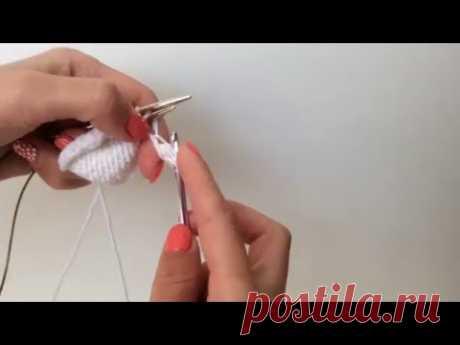 Как связать шишечки крючком в полотне, связанном спицами