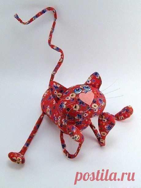Забавный котик с фигурным хвостом