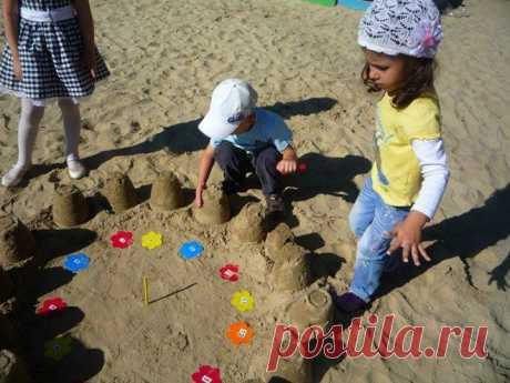 """Вот такая простая идея для тех, кто собирается на пляж или в отпуск. Солнечные часы на песке. Еще больше летних идей в книге """"Лето в деревне"""" ("""