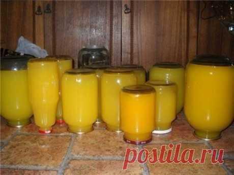 Тыквенный сок с апельсином  тыква 7 кг (чистого веса, без семечек и кожуры) вода, у меня ушло 15 литров на это количество тыквы апельсины 8 штук сахар 1,5 кг лимонная кислота 2 ст.л с горкой  Очистить тыкву, удалить семечки, разрезать на дольки или куски, уложить в кастрюлю вместе с мякотью (мякоть даст густоту), залить холодной водой, чтобы покрыть тыкву. Довести до кипения, разрезать пополам 8 больших апельсинов и выжать сок, кожуру тоже добавить в кипящую массу (после т...