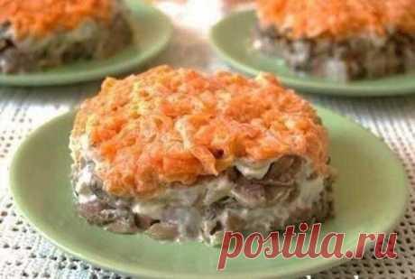 Этот салат покорил сердца многих любителей селедки — Салат «Лисья шубка» - Вкусные рецепты - медиаплатформа МирТесен Очень вкусно! Ингредиенты: филе сельди — 1 штукамаринованные шампиньоны — 300 граммлук — 2 штукивареный картофель — 1-2 штуквареная морковь — 2 штукимайонез Приготовление: Выкладываем салат слоями, промазывая каждый слой майонезом: 1 слой — сельдь, нарезанная