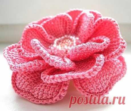 Красивый цветок крючком  Красивый цветок , вязаный крючком в технике тунисского вязания, благодаря чему он не теряет своей формы и не растягивается. Цветок можно сделать на проволочном каркасе, благодаря чему отлично держится заданная форма.  Немного описания:  Лепестки связаны одной деталью: сперва круг СТБН ( 6 - 12 - 18-24-30 ), затем лепестки на цепочке из 13 ВП тунисскими рядами (между двумя полными рядами - один укороченный на 6 петель).  И таких три лепестковых круг...
