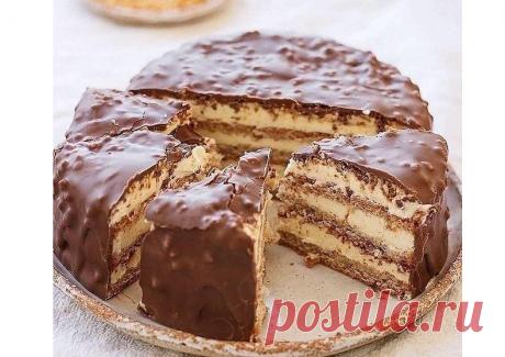 150 г белков, 1 ст молока, 1 ст сахара, немного муки и 110 г орехов для самого хрустящего в мире миндального тортика с заварным кремом
