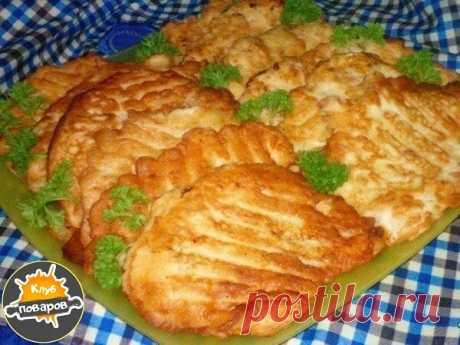 Супер вкусные отбивнушки с тонкой луковой ноткой  Филе куриное — 700 г Яйцо куриное (для кляра) — 4 шт Майонез (для кляра) — 3 ст. л.  Сметана (для кляра) — 3 ст. л. Соль (по вкусу) Перец черный (по вкусу) Мука (с горкой,для кляра) — 4 ст. л.  Куриное филе нарезать на куски и отбить. Посолить, поперчить и отложить пока. Делаем кляр... На средней терке натереть большую луковицу (можно измельчить в блендере). Добавить яйца, майонез, сметану, соль и перец. Постепенно добавить...