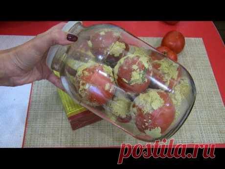 El modo único de la conservación fresco los tomates sobre un Nuevo año