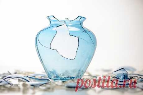 1. Разбитые стекла. Это может быть треснувшее окно, разбитое зеркало или кружка с отколовшейся ручкой. Не храните их дома, ведь разбитое стекло символизирует брешь в защите.