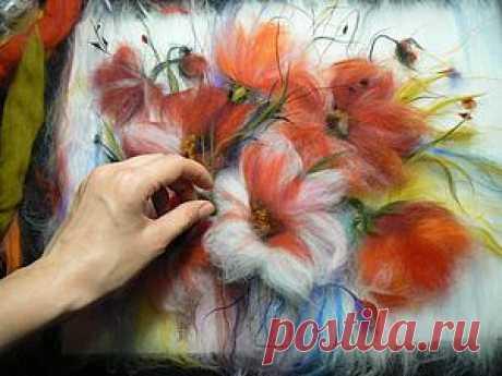 Рисуем шерстью картину «Подарок весны» Я подготовила для вас новый мастер-класс по рисованию шерстью. В данном случае мы будем заниматься так называемым «шерстяным переводом» — то есть, переложением акварельного сюжета на язык шерсти. В качестве образца я взяла картину бразильского акварелиста Фабио Кембранелли (к слову, его цветочные мотивы — прелесть!). Вот эта картина: Все объяснения я подписала на фотографиях.