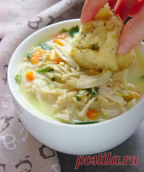 Лимонный суп с курицей и лапшой орзо - идеальный вариант для блюда из пасты в любое время года - Кухня и дом - медиаплатформа МирТесен Просматривайте этот и другие пины на доске Готовим дома пользователя Larisa Zhelaya. Теги Лимонный суп с курой и лапшой - простое, очень вкусное и ароматное первое блюдо. Это сытный и полезный суп для всей семьи, который можно кушать как на обед, так и на ужин в качестве основного блюда. Он согреет вас в холодную погоду и зарядит бодростью на целый день!