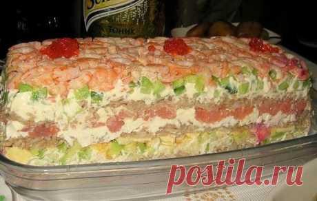 САЛАТ «СУШИ» - НЕВЕРОЯТНО ВКУСНО, НЕ ОТЛИЧИТЬ ОТ НАСТОЯЩИХ!  Этот салат идеально подходит для любого праздника - гости будут в восторге, ведь салат по вкусу очень напоминает самые настоящие суши. Ингредиенты:  Слабосолёная красная рыба (её можно купить, а можно засолить дома в соевом соусе) - 300 гр.,  рис — 300 гр.,  свежие огурцы — 2 шт.,  большая морковь — 1 шт.,  яйца — 4 шт.,  большая фиолетовая луковица,