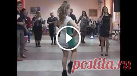 Вот так надо танцевать  Красиво танцует, прямо как из ансамбля песни и танцев!) Умничка, а ножки какие ровненькие!Намного лучше чем всякие хип-хопы.  https://www.youtube.com/watch?v=L3xxU0nVgAM https://timeallnews.ru/index.p…