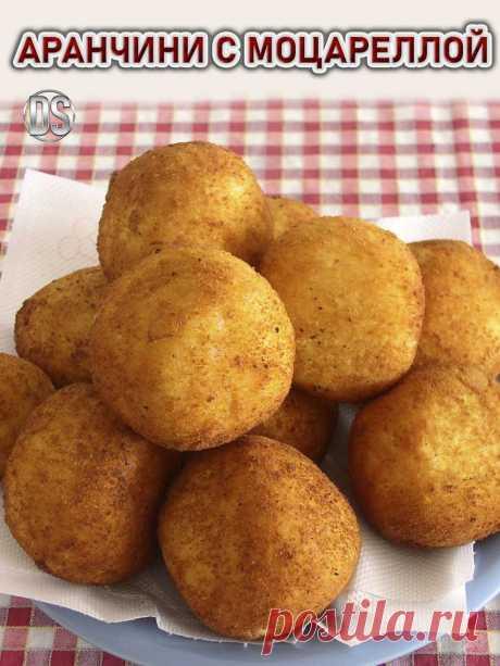 Аранчини с моцареллой.  Аранчини – гордость сицилийской кухни, у них  насыщенный оранжевый цвет, и похожи они на маленькие апельсины. Аранчини готовят из риса, формируют небольшие шарики с начинкой.