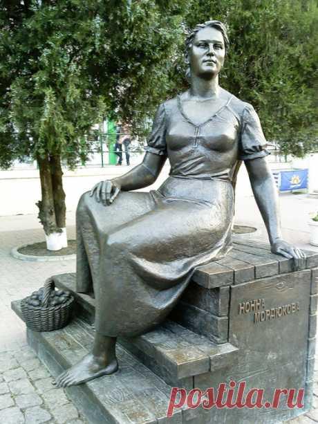 ✿ღ✿Монро, Лоллобриджида и Мордюкова: самые известные памятники актрисам✿ღ✿