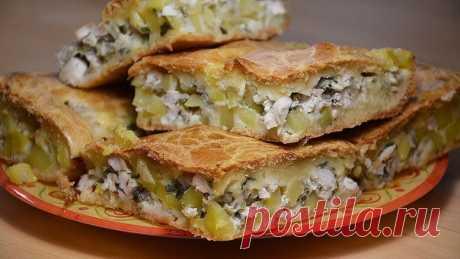Готовлю такой пирог по уникальному рецепту. Невероятно вкусно, сытно, просто. Муж и дети радуются, когда подаю его на обед.  Быстрый заливной пирог с курочкой. Начинка: 2 куриные грудки 1-2 луковицы 2-3 картофелины зелень - 1 пучок соль, перец по вкусу  Тесто: 150 гр майонеза (3 ст ложки) 150 мл кефира (если из холодильника, то капельку подогрейте) 2 яйца 1 ст муки 1/2 ч л соли  Форма 25X35 см  Приготовление:  Для начинки нарезать лук, обжарить на сковороде на слабом огне ...