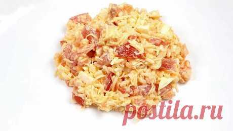 Сырный салат с сёмгой Сытный салат. Простой в приготовлении, вкусный и нежный.Ингредиенты: Сёмга малосольная – 150 гр. Рис отварной – 100 гр.Помидор – 1 шт. Яйца отварные – 3 шт. Сыр Пармезан 100 гр. Соль по вкусу Майонез по вкусуПриготовление:1. Рис и яйца отварить до готовности и остудить. 2. Малосольную...