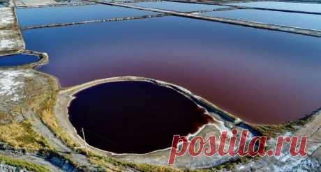 Соленое озеро в Юньчэне уже 4 тысячи лет служит местом добычи соли. Оно меняет свой цвет в зависимости от плотности воды и высоких температур. Шаньси, Китай.