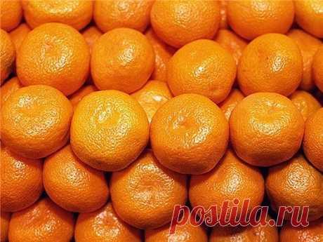 НЕ ВЫБРАСЫВАЙТЕ МАНДАРИНОВЫЕ КОРКИ!   Так исторически сложилось, что мандарины у нас с детства ассоциируются с замечательным праздником Новым годом. Они красивы, вкусны, ароматны, а еще очень полезны.  Маленькое оранжевое солнце поднимает настроение и своим видом, и цветом, и ароматом – веселым, теплым, сладким. А целебные свойства эфирного масла мандарина невероятно обширны. Масло обладает антисептическим, успокаивающим и тонизирующим действием, смягчает раздражительность...