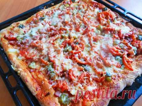 Очень вкусная пицца на кефире! ⋆ Хозяюшка Тесто на кефире ничем не хуже дрожжевого,а наоборот!Не нужно ждать когда оно поднимется и оно очень даже вкусное,мягкое! Очень советую вам попробовать! Начинка может быть любой))) Ингредиенты: Тесто: кефир -250 мл яйцо — 1-2 шт соль — 0,5 ч.л сода — 0,5 или чуть меньше 1 ч.л сахар — 1 …