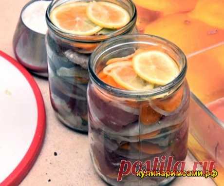 Селёдка по-голландски | Вам потребуется: 2 свежемороженных сельди2 луковицыполовина лимонаоколо 6 чайных ложек сахара1 морковьлавровый лист (10-12 шт)8-10 горошин черного перца (крупно смолотых) Как готовить: 1. Итак, мы сходили на рынок, добыли прекрасную жирную селедку и неспешно разморозили ее на нижней полке холодильника за ночь. Теперь ее нужно распотрошить. Отрезаем голову вместе с жабрами. Разрезаем брюшко до хвоста и ножом вычищаем внутренности. Затем делаем неглуб...