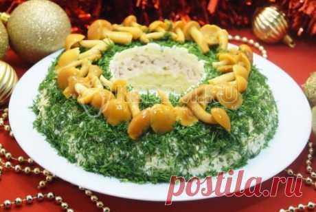 Новогодний салат «Грибная сказка» Новогодний салат «Грибная сказка», это вкусный слоёный салат с курицей и грибами для вашего праздничного стола.