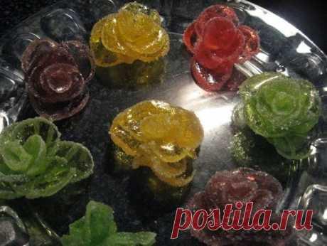 Делаем розы из мармелада для украшения новогоднего торта    Многие уже знают, как сделать быстро такие розы из мармелада. Если нет, то предлагаю вашему вниманию маленький мастер-класс: нарезать (нож мочить) мармелад пластинками и свернуть розочку по лепестк…