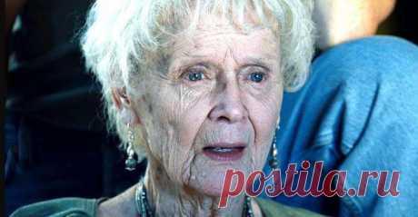 Помните пожилую Розу из «Титаника»? А знаете, какой она была красоткой в молодости, даже не верится! Все мы помним, что потрясающую историю о любви на Титанике поведала нам пожилая Роза. Ее роль сыграла великолепная актриса Глория Стюарт. Которая упорно строила свою карьеру в мире кино. За свою актёрскую карьеру, длиною в 70 лет, Стюарт работала в театре, в кино, а также на телевидении.