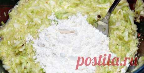Полкочана капусты в холодильнике — легкий ужин готов. Как превратить скучный овощ во вкусное блюдо.  Пожалуй, нет ничего проще, чем пожарить вкусные оладушки, полить ихсвежей сметанкой иуплетать весь вечер, просматривая любимый фильм или телепередачу. Как это обычно делаете вы? Мука, немного кефир…