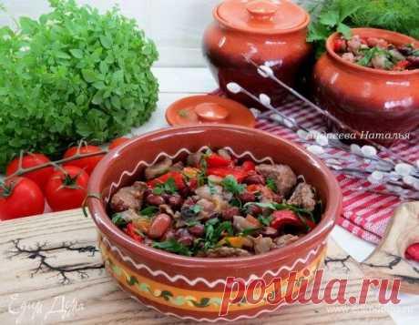 Горшочки с говядиной, фасолью и овощами. Ингредиенты: говядина, фасоль, помидоры Вкуснейший вариант сытного и питательного обеда или ужина. Благодаря томлению в горшочке мясо получается нежнейшим, фасоль придает блюду дополнительную сытность, в то же время блюдо получается диетическим и полезным — идеально для весенней поры!