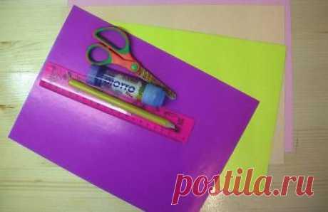 Новогоднее украшение: шарик из бумажных цветов (мастер-класс)   Оригинальное украшение из бумажных цветов. На первый взгляд кажется, что поделка сложная. Однако сделать ее очень просто.  Для работы понадобится: цветная бумага, клей, карандаш, ножницы. Лучше  взя…