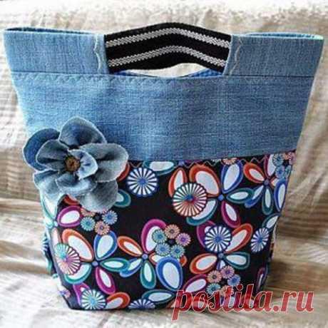 Вторая жизнь джинсов в образе милых сумочек Джинсы— предмет повседневной одеждыиз плотной хлопчатобумажнойткани, с проклепанными стыками швов на карманах. Впервые изготовлены в 1853 году Ливаем Страуссомв качестве рабочей одежды для фермеро…