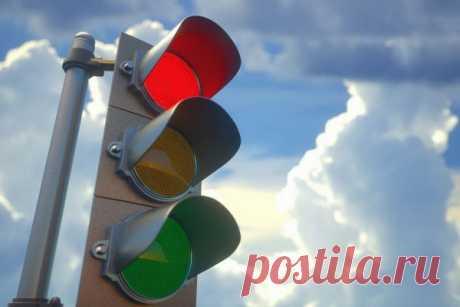 Почему для светофора используют именно красный, жёлтый и зелёный? Светофор - универсальная вещь во всем мире - каждый день он неизменно сопровождает нас в дороге и уже никого не удивляет. А знаете ли вы, что три цвета светофора были выбраны вовсе не случайно?Согласно истории, при выборе цветов для светофора инженеры руководствовались не только...
