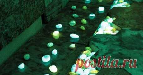 Светящиеся камни для декорирования участка Светящиеся камни, обрамляющие садовые дорожки, клумбы или миниатюрные водоемы, способны оживить ночной пейзаж. Такое оригинальное декоративное освещение можно сделать и самому.