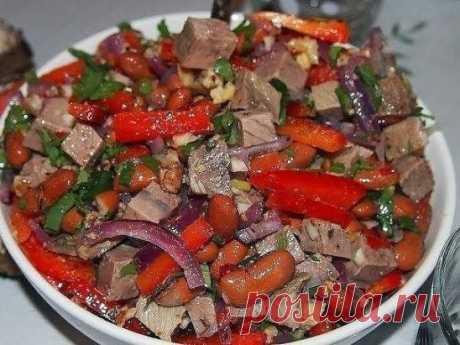 """Салат """"Тбилиси"""" Ингредиенты: 1 банка красной фасоли, 200-250 грамм отварной говядины (берем нежирный кусочек весом грамм 300, отвариваем в подсоленной воде час-полтора), 1 средняя красная луковица 1 красный болгарский перец половинка острого перца 2-3 зубчика чеснока 50 грамм грецких орехов средний пучок кинзы молотый черный перец Для заправки: оливковое масло и винный уксус Приготовление: 1.Лук режем тонкими полукольцами. Если лук """"домашний"""" - сочный и острый, то лучше его порезать и опустит"""