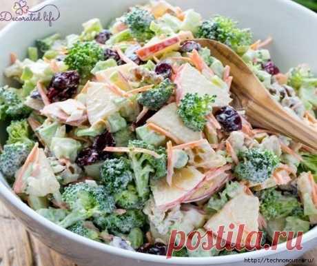 Овощной салат с брокколи  на 100грамм - 27.77 ккалБ/Ж/У - 2.29/0.41/4.89   Ингредиенты:  Брокколи – 500 г  Огурец – 2 шт  Морковь – 2 шт  Сельдерей – 2 пучка  Зелень, соль – по вкусу  Йогурт натуральный - 4 ст. л   Приготовление:  Капусту разделить на соцветия. Огурцы вымыть и также нарезать небольшими кусочками. Морковь натереть на крупной терке, предварительно очистив и вымыв. Сельдерей и зелень порубить. Смешать все заранее подготовленные ингредиенты, заправить йогуртом...