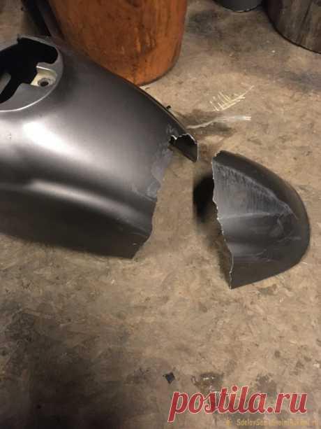 Ремонт пластика с помощью эпоксидного клея ДТП не способствует целостности скутера, поэтому от легкого удара переднее крыло моей Honda Giorno надломилось пополам.Через несколько часов в гараже я решил не склеивать две половинки, а просто укоротить крыло. Ошибка. Первый же дождь показал мне это во всей красе - длины пластика не хватало для