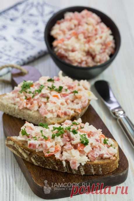 Бутерброды с крабовыми палочками, помидором и чесноком — рецепт с фото, шаг за шагом. Очень вкусные бутерброды непременно вам понравятся!