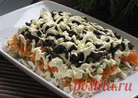 Рецепт этого салата будут выпрашивать все гости. Очень вкусный   Ингредиенты:  3 филе курицы, 300 гр твердого сыра, 6 яиц, стакан сладкого чернослива без косточек, 1 зубчик чеснока, 300 гр готовой пряной морковки по-корейски, полстакана немного толченых грецких орехов, 500 гр майонеза, соль, черный молотый перец по вкусу, пучок петрушки.  Приготовление:  Куриное мясо отварить в подсоленной кипящей воде до мягкости. Охладить, нарезать кубиками. Чернослив промыть и...