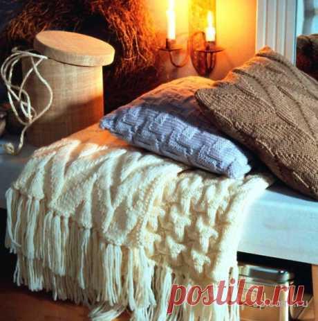 Las fundas tejidas a las almohadas y la manta