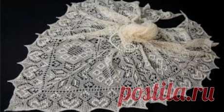 Тонкая ажурная шаль паутинка, вязаная спицами традиционным эстонским узором с шишечками.