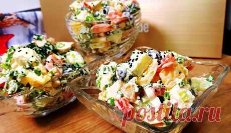 Салат из курицы, сладкого перца, сыра фета, огурцов и помидор Получается сытно, вкусно и оригинально.