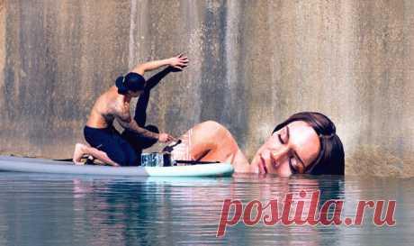 Гавайский художник рисует женщин у кромки воды на стенах полуразрушенных зданий, балансируя вместе с банками краски на доске для сёрфинга. Выглядит сказочно! 🎨 😍