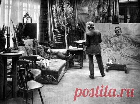 Илья Репин пишет в своей мастерской портрет Федора Шаляпина. Усадьба «Пенаты» в Куоккале, февраль 1914 года.