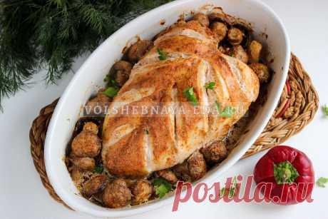 Грудка, запеченная в духовке с грибами Сочная куриная грудка, запеченная в духовке с грибами под сметанным соусом — очень вкусное, сочное и простое в приготовлении блюдо.