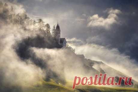 Туманное утро в горной альпийской деревушке, Италия. Автор фото – Михаил Щеглов: nat-geo.ru/community/user/120111 Хорошего дня!