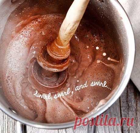 Какао классический.  Имея кофеварку, которая готовит вам эспрессо в считанные минуты и множество другой кухонной техники, немудрено забыть как в далеком детстве вам готовили какао на обыкновенной газовой плите...  Вам потребуется:  какао-порошок - 4 ч. л. сахар - 4 ч. л. молоко - 400 мл  Как готовить:  1. Смешать какао-порошок с сахаром, помешивая добавить 2 ст. л. горячей воды.  2. Поставить на средний огонь и, продолжая помешивать, довести до кипения.  3. Влить гор...