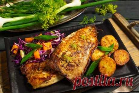 Скумбрия в духовке: самый быстрый и вкусный рецепт Скумбрия в духовке — готовим рыбу всего 15 минут! Многим не нравится жареная скумбрия за её запах, что и говорить, если готовить на сковородке, как обычную рыбку, то пахнет не очень аппетитно. Однако скумбрия вкусная и полезная, к тому же недорогая, и выход всегда есть. Попробуйте приготовить скумбрию по данному рецепту, поверьте, это находка.