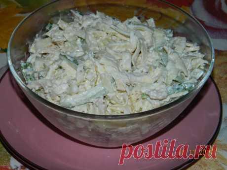 """Салат """"Загадка для гостей""""  Очень вкусный салатик! И никто сразу не может определить, из чего этот салат приготовлен.  Ингредиенты:  Яйца – 4 шт. Куриное филе (запеченное или отваренное) – 200 г Огурцы – 3 шт. Лук – 1 шт. Мука – 1 ст.л. Крахмал – 1 ст.л. Майонез – 3 ст.л. Перец Соль  Приготовление:  Яйца взбить с солью и перцем, добавить муку и крахмал. Хорошо перемешать, испечь блинчики. Разрезать их на тонкие полоски. Лук порезать и обжарить. Куриное филе р..."""