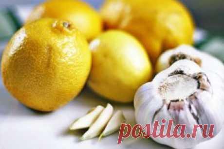 Спасательные рецепты для сердца и сосудов  100 грамм очищенного чеснока перемолоть и залить соком из 6 лимонов. Все перемешать и положить в банку, закрыть марлей. Хранить в прохладном месте. Принимать по 1 ч. ложке, запивая теплой водой (жела…