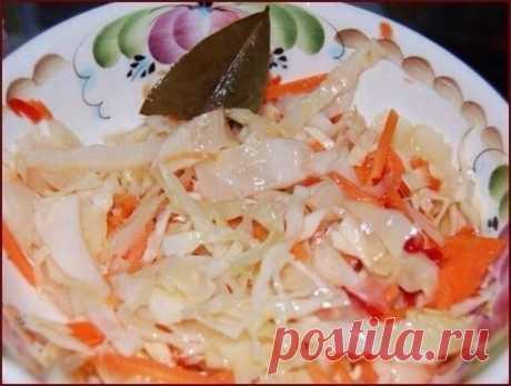 БОМБОВАЯ КАПУСТКА  Ингредиенты:  - 2 кг - капусты - 0,4 кг - моркови - 4 дольки - чеснока - можно добавить яблоко, свёклу  Маринад:  - 150 мл - раст.масло - 150 мл - 9 % уксуса - 100 г - сахара - 2 ст.л. - соли - 3 шт. - лавр.листа - 5-6 горошин - черного перца - 0,5 л - воды  Приготовление:  1. Всё нашинковать, морковь натереть, чеснок порезать пластинками. Уложить плотно в банку. 2. В кастрюлю залить все компоненты для маринада и всё прокипятить 5 мин. За...