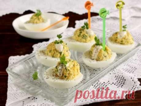 Яйца, фаршированные сыром и чесноком — рецепт с фото пошагово